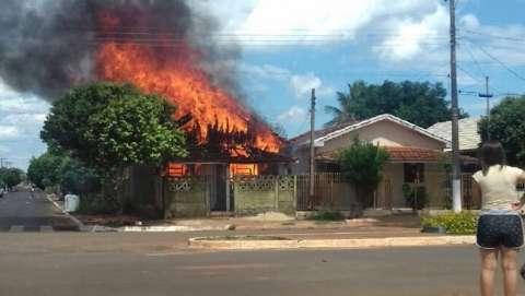 Ex-marido incendeia casa de mulher e local fica completamente destruído