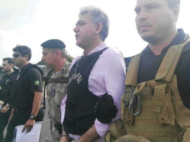 Jarvis Gimenes Pavão no momento em que era levado para avião da PF, ontem no Paraguai (Foto: Direto das Ruas)