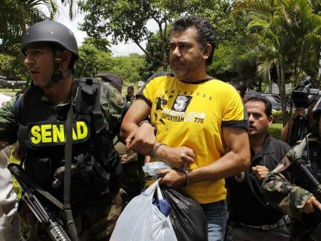 Jarvis Pavão no dia em que foi preso em sua fazenda na fronteira com MS, em 2009 (Foto: ABC Color)