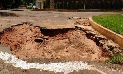 Rua Estefânia, mais um 'buraco-armadilha' na curva. (Foto:Marcus Moura)