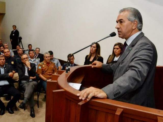 Governador Reinaldo Azambuja discursa na Assembleia Legislativa durante visita do ministro da Justiça (Foto: Victor Chileno / divulgação)