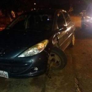 Carro perdeu a roda ao passar por buraco, o que dificultou até para que o veículo fosse guinchado