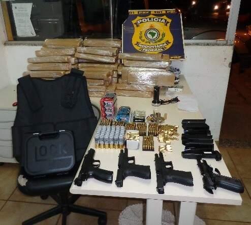 Itens estavam escondidos em caminhonete (Foto: Divulgação/PRF)