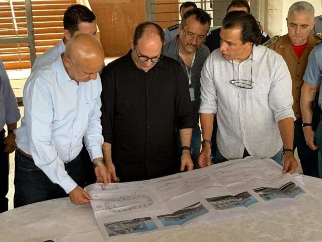 Carlos Alberto Assis, Marcelo Turine e Marcelo Miranda: projeto prevê reforma ampla para atrair famílias ao complexo do Morenão. (Foto: Gabriel Neris)