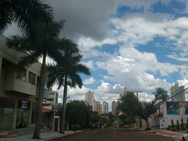 Céu encoberto por nuvens na região central da Capital neste domingo (Foto: Amanda Bogo)