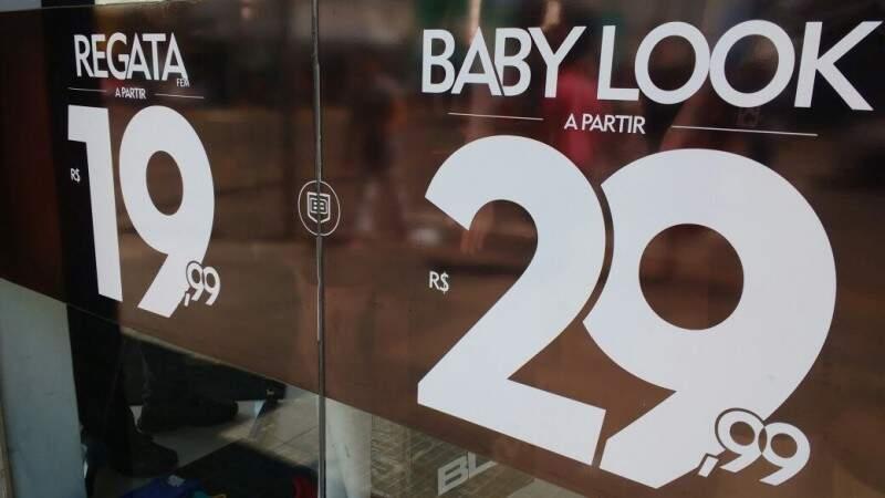 Promoções de fim de ano em lojas do comércio central de Campo Grande. (Foto: Willian Leite)