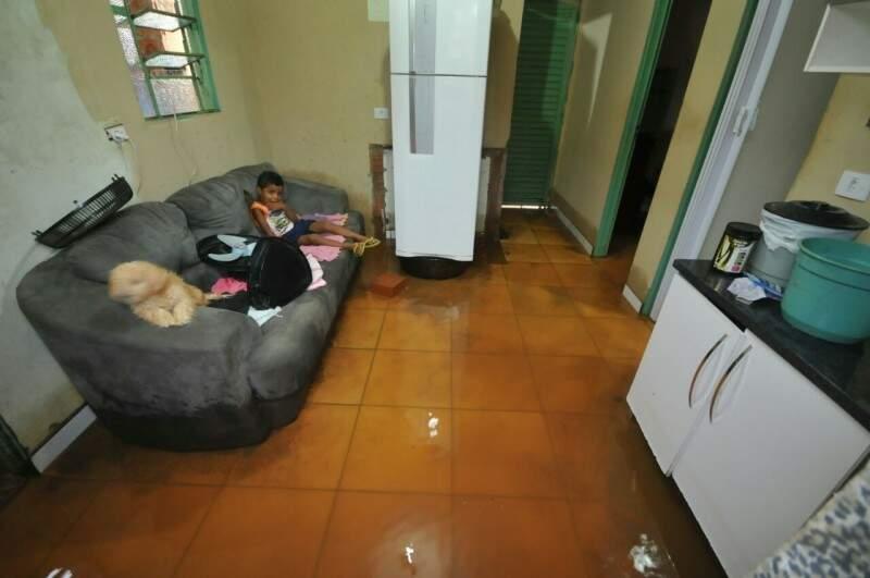 Na casa de Lisandra, água danificou móveis. (Foto: Alcides Neto)