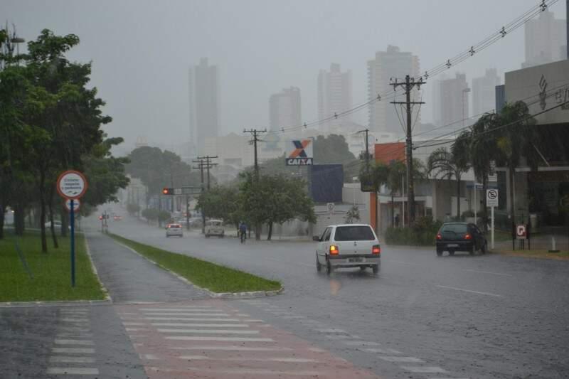 Chuva na avenida Afonso Pena começou exatamente no horário de início oficial do Verão. (Foto: Helton Verão)