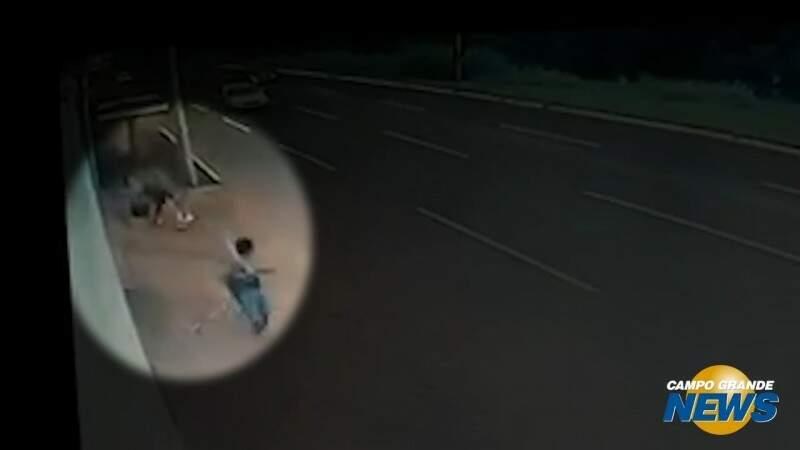 Após pneu furado, motorista é vítima de assalto a mão armada