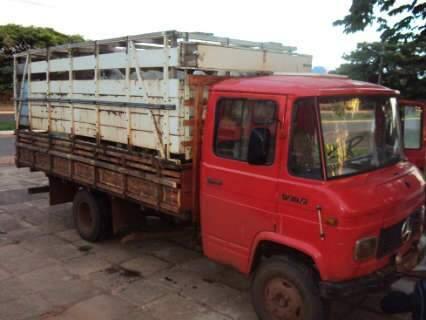 DOF apreende caminhão com gado do Paraguai em Coronel Sapucaia
