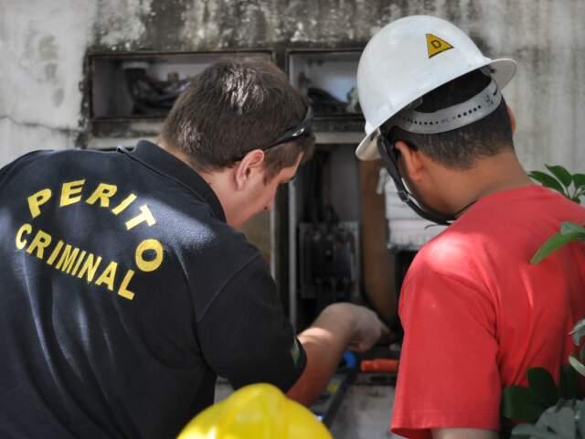 Policial fiscaliza padrão de energia em estabelcimento (Foto: Marlon Ganassin)