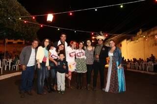 A noiva Ângela e os convidados, parte da nossa redação.