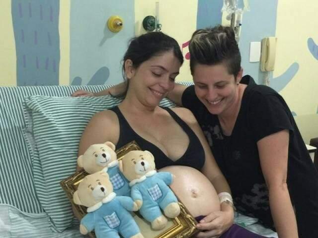 Na maternidade, enquanto tentavam segurar os bebês mais um tempinho, Denise e Marina. (Foto: Arquivo)
