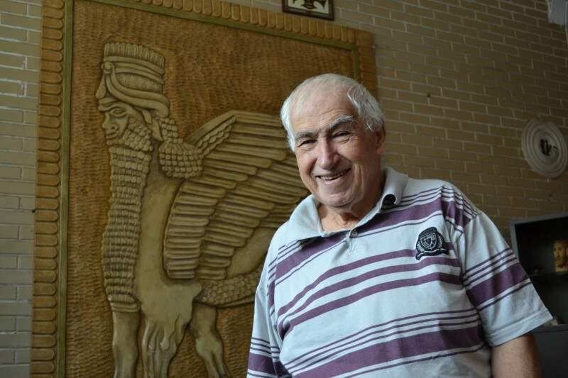 Abboud Lahdo faz questão de mostrar como prefere posar para foto, mania antiga de quem é apaixonado pela imagem (Foto: Naiane Mesquita)