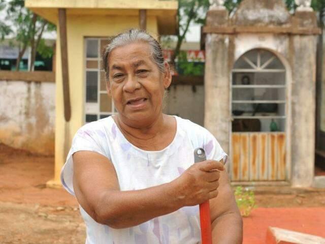 A zeladora Maria Aparecida reclama da situação. Ela trabalha no local há 45 anos e disse que ultimamente os furtos têm sido constantes  (Foto: Alcides Neto)