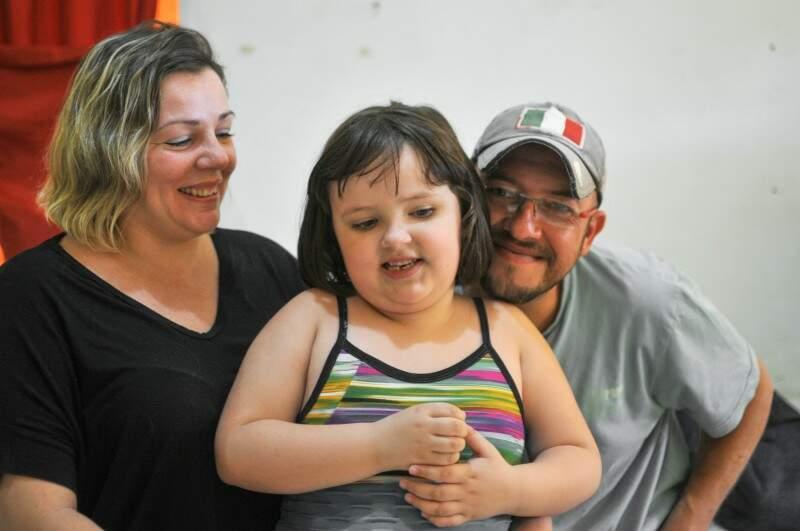 Juliana, Sarah e Cleverson. Uma vida diária, em família, com o autismo. (Foto: Alcides Neto)
