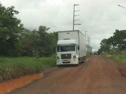 O caminhão retido pelos militares foi encontrado na Rua Verde Mares (Foto: Direto das Ruas)