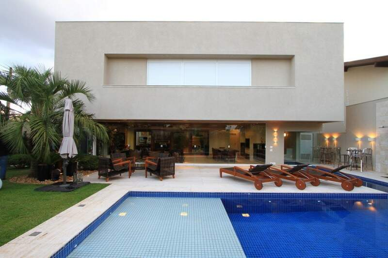 Em 42m², piscina tem prainha. (Foto: Gilson Barbosa)