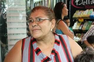 Com pressão alta, Paula precisou comprar um ar-condicionado para combater o calor (Foto: Marcos Ermínio)