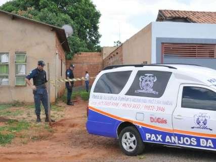 Na porta de casa, jovem é executado com 2 tiros por casal em Hilux