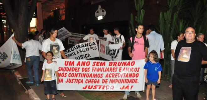 Protesto reuniu dezenas de pessoas na boate onde Brunão foi morto; familiares pedem agilidade da justiça. (Foto: João Garrigó)