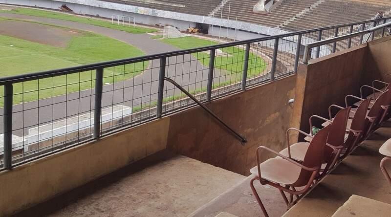 Setor das cadeiras do Estádio Morenão com grades novas para dar mais segurança aos torcedores (Foto: Marcelo Miranda)