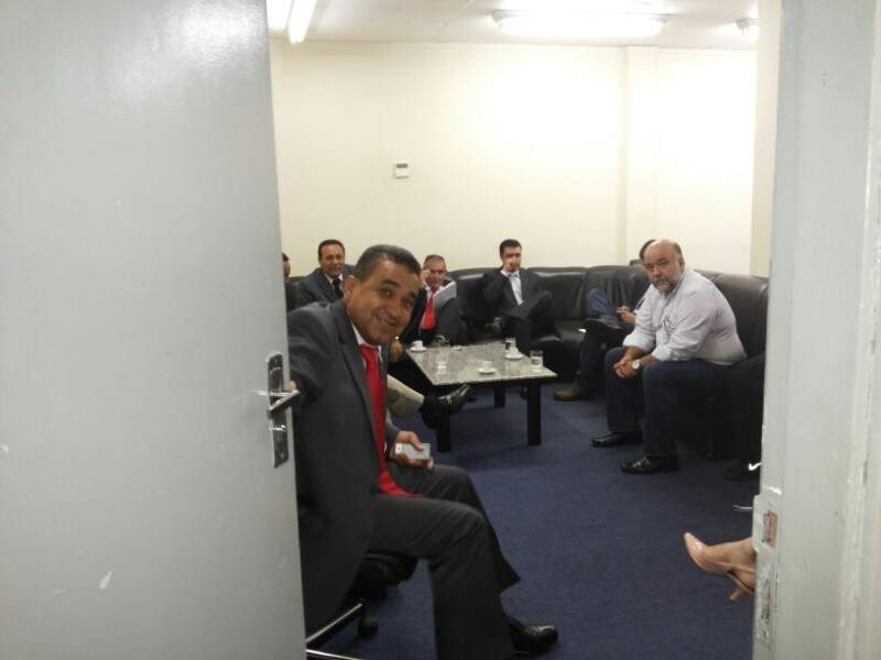 Vereadores estão reunidos com assessora de Bernal (Foto: Kleber Clajus)