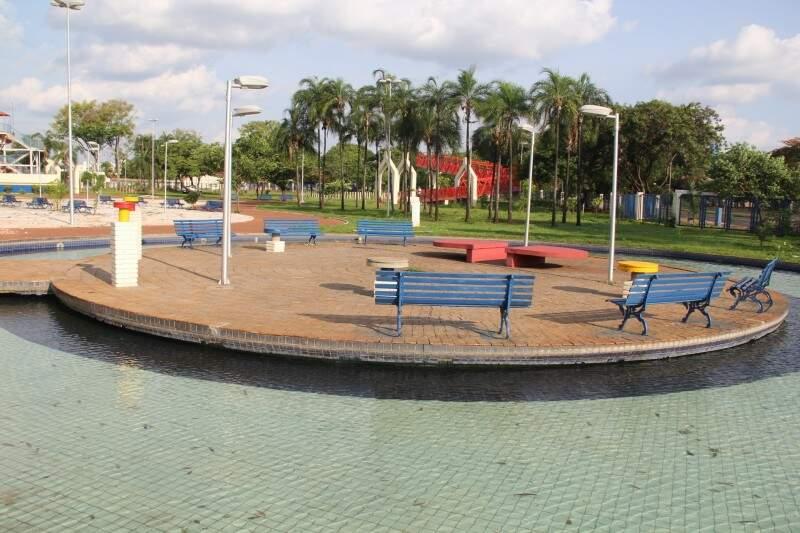 Um dos mais belos cenários do parque, a praça central estava vazia em pleno domingo à tarde. (Foto:Marcos Ermínio)