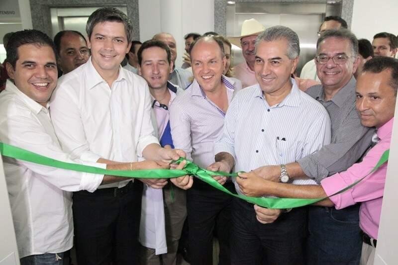 Reinaldo, Mochi e autoridades locais inauguram centro de hemodiálise de Coxim (Foto: PC de Souza/Edição de Notícias)