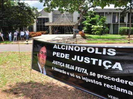 Protesto no TJ pede ação contra prefeito afastado por morte de vereador