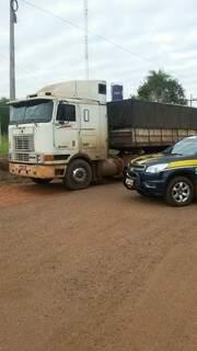 Condutor não tinha habilitação para dirigir carreta desse porte. (Foto: Divulgação/PRF)