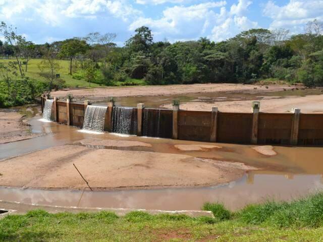 O trabalho de desassoreamento do lago de contenção ainda não reflete resultados visíveis. (Foto: Adriano Fernandes)
