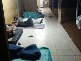 Pessoas que buscaram os serviços do Cetremi dormiram em cima de cobertores. (Foto: Direto das Ruas)