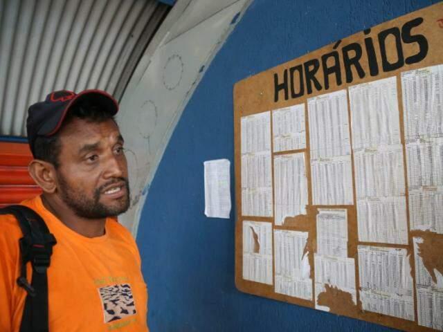 Joilson Dias disse que o vandalismo atrapalha muito. Ele tentou ver o quadro com horários dos ônibus. (Foto: Marcos Ermínio)