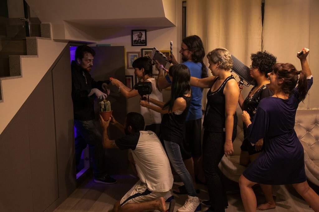 Making of com zumbi saindo do armário. (Foto: Vade Retro Produções)