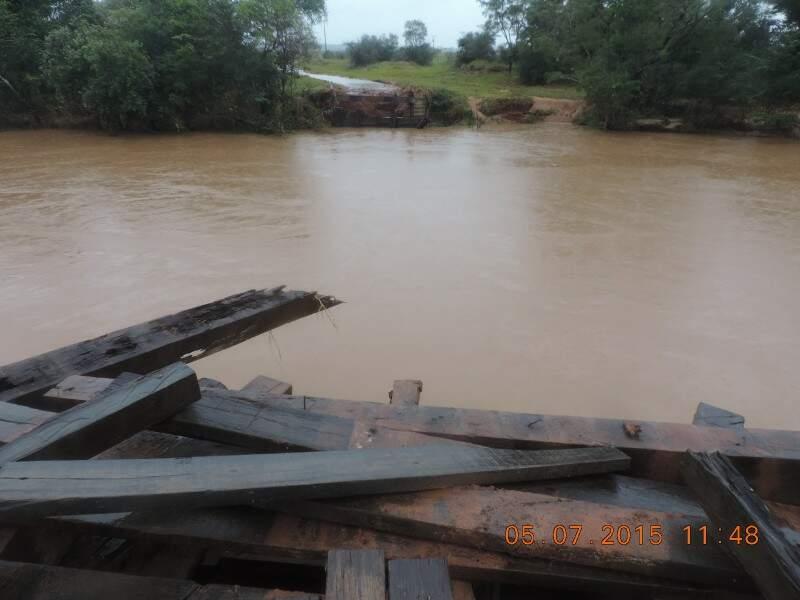 Ponte sobre o rio Iguatemi foi levada pela chuva. (Foto: Divulgação)