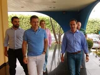Luiz Fernando Buainain (a direita, de camiseta)  e Marquinhos Trad (a esquerda, de camisa) na Câmara Municipal na manhã de hoje. (Foto: Yarima Mecchi)