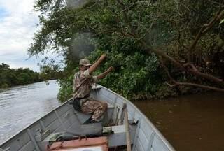 Policial retira anzol de vegetação durante fiscalização em rios. (Foto:Divulgação)