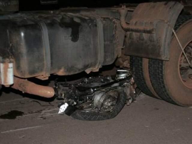 Em outro acidente, na mesma BR, moto foi parar embaixo do caminhão (Foto: Adriana Queiroz/Edição de Notícias)