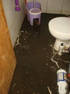Banheiro invadido pelo esgoto (Foto: Divulgação)