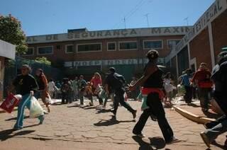 Correria em frente ao presídio: um Dia das Mães cheio de tensão. (Foto: Adriano Hany/Arquivo)
