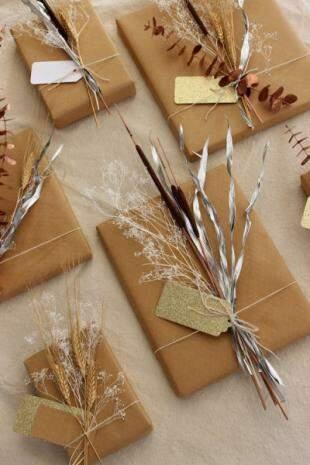 Várias versões com galhos e flores secas, pintadas com o uso de spray dourado, branco, bronze ou prata.