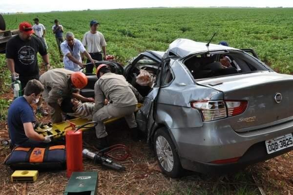 O carro pegou fogo após colidir com uma camionete (Foto: )