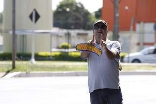 Apesar de negar, líder da adesivagem trabalha na Secretaria de Governo (Foto: Cleber Gellio)