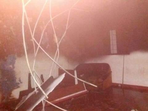 Fogo destruiu móveis e atingiu teto e paredes do imóvel (Foto: Perfil News)