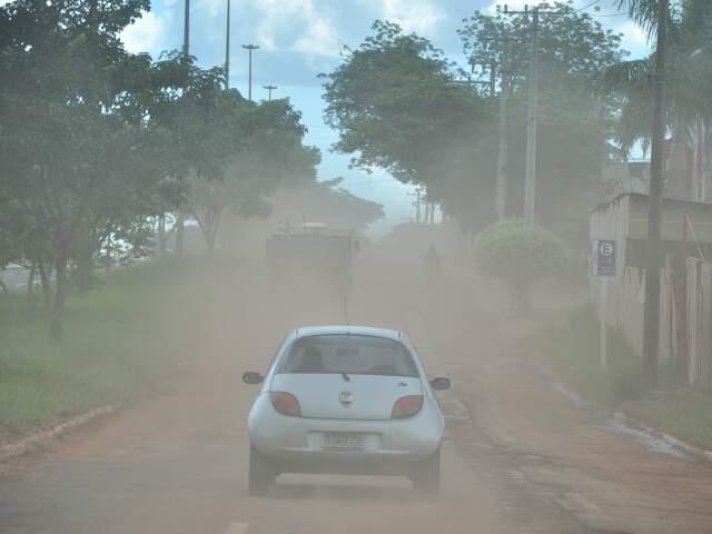 A poeira que havia se formado na avenida Mato Grosso foi levada pela chuva desta tarde.