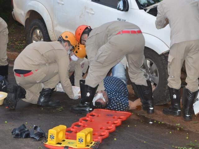 Momento em que Agnaldo era socorrido por uma equipe do Corpo de Bombeiros (Foto: Simão Nogueira)