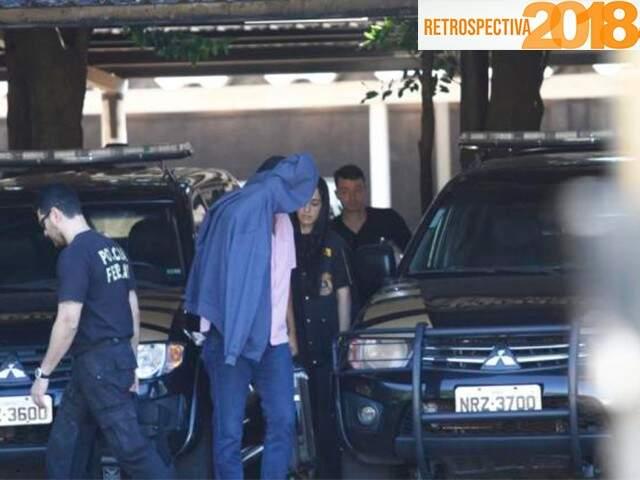 """Acusado de ser """"laranja"""" de narcotraficante, homem preso na Capital esconde o rosto ao chegar à sede da PF (Foto: Saul Schramm)"""
