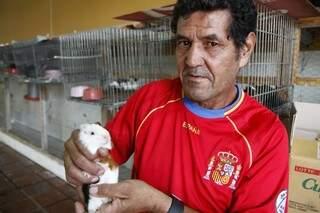Jurandir trabalha no Mercado desde que abriu e passa o dia cuidando e vendendo os bichos. (Foto: Cleber Gellio)