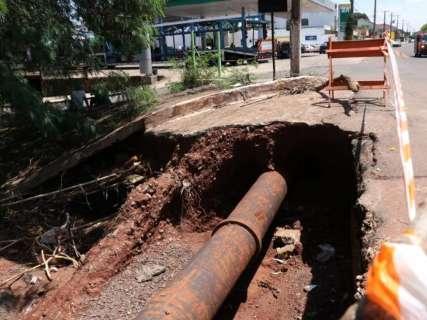Erosão de 5 metros na beira de córrego atrapalha moradores no Petrópolis